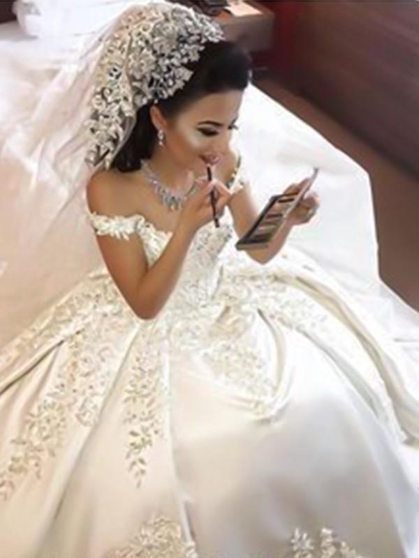 a06aa0958c4 Robe de bal Épaules dégagées Sans Manches Traîne courte Appliqués Satiné  Robes de Mariée