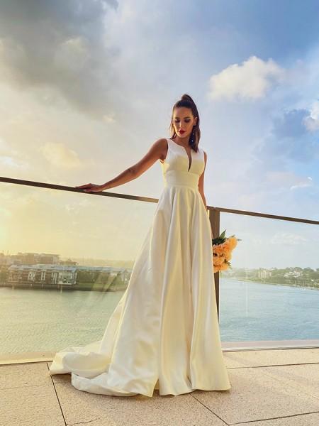 Trapèze/Principessa Satiné Volants Col plongueeant Sans Manches Traîne courte Robes de mariée