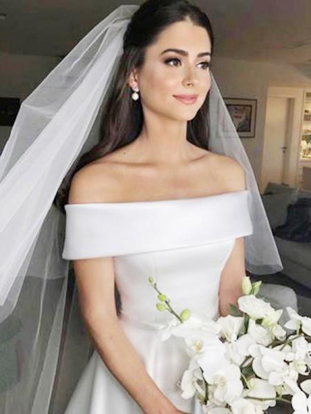 Trapèze/Princesse Épaules dégagées Sans Manches Traîne courte Volants Satiné Robes de Mariée