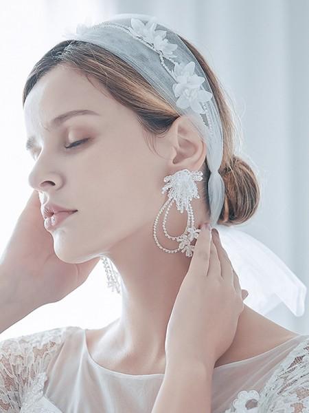 Mode Tulle One-Tier Shoulder Voiles With Fleurs faites à la main And Des boucles d'oreilles