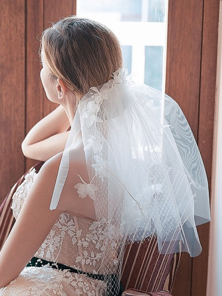 Joli Tulle Cut Edge Shoulder Voiles With Fleurs faites à la main