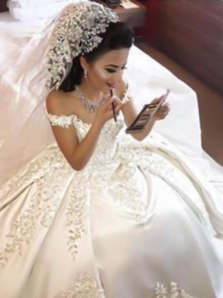 Robe de bal Épaules dégagées Sans Manches Traîne courte Appliqués Satiné Robes de Mariée
